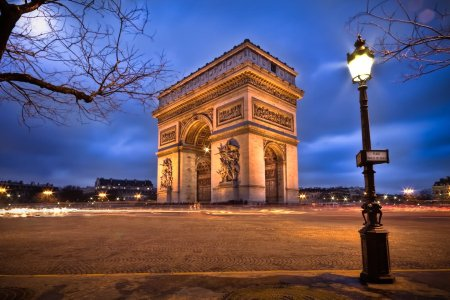 Side-View-Of-Arc-de-Triomphe-At-Night